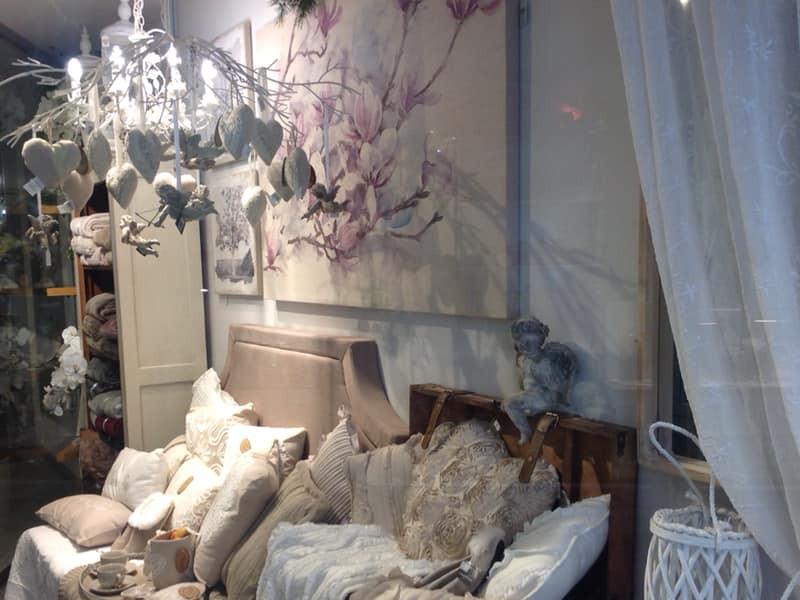 Shabby Chic - Ambientazione con cuscini quadri e lampadari