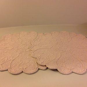 Blanc Mariclò Boutis tavola rotondo ricamato a fiore rosa
