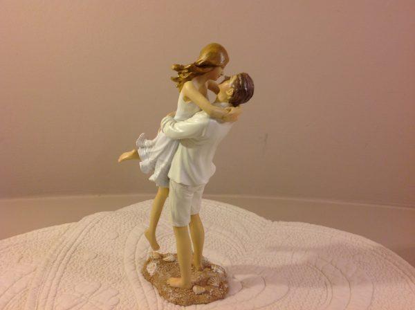 coppia abbracciata in resina