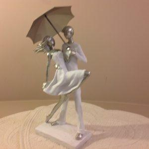 coppia con ombrello argento e bianca
