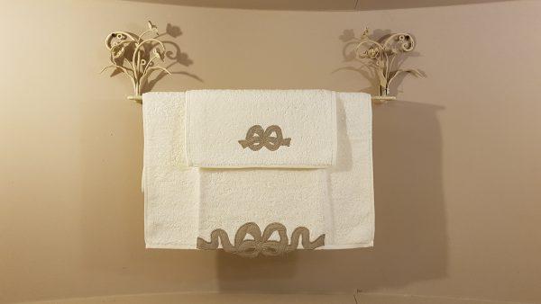 Blanc Mariclò Set 2 Asciugamani in spugna bianca con bordo in tessuto tortora con fiocco Blanc