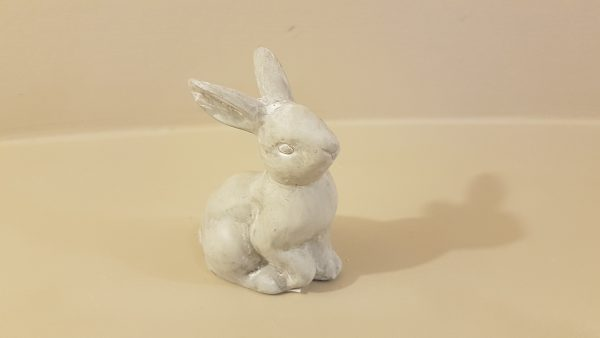 Coniglio seduto in gesso decapato bianco