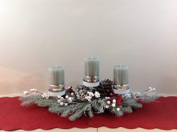 porta candele pino innevato bacche e pigne