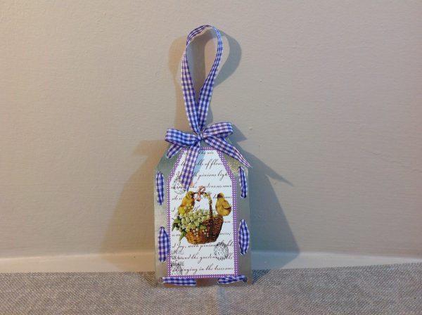 Targa in latta con cesto con pulcini e nastro a quadretti viola-bianco