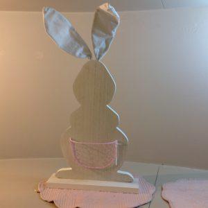 Sagoma in legno bianco coniglio con tasca in rete rosa