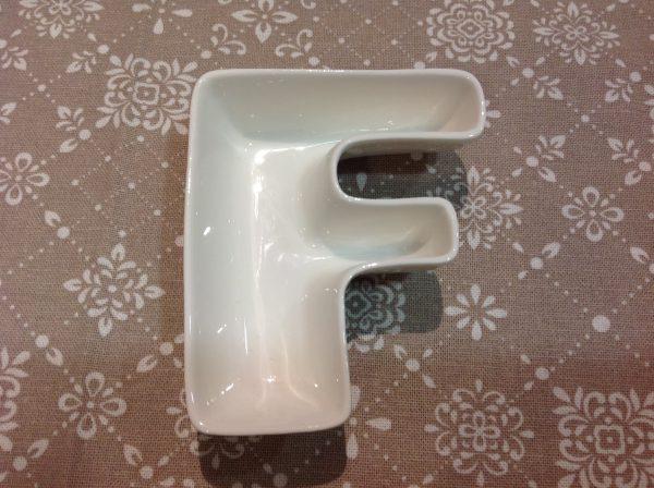 Brandani Lettera F in porcellana bianca