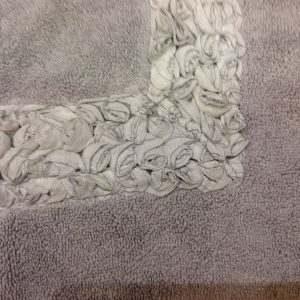 L'Atelier 17 Tappetino in spugna antiscivolo grigio con roselline organza