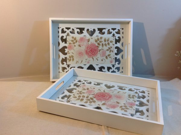 Vassoio in legno bianco con base in vetro con rose e legno intagliato