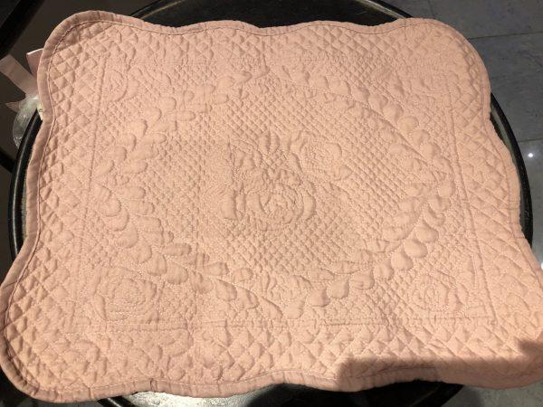 L'Atelier 17 Tovaglietta in boutis rosa con ricamo rose