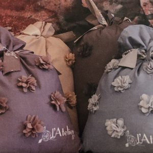 L'Atelier 17 Cuscino color caramello con fiori applicati 50x50-Atelier 17