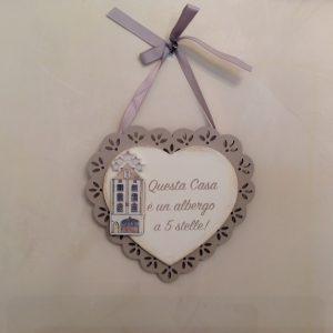 Angelica Home & Country Cuore in legno panna con cornice ricamata intarsiata beige con scritta