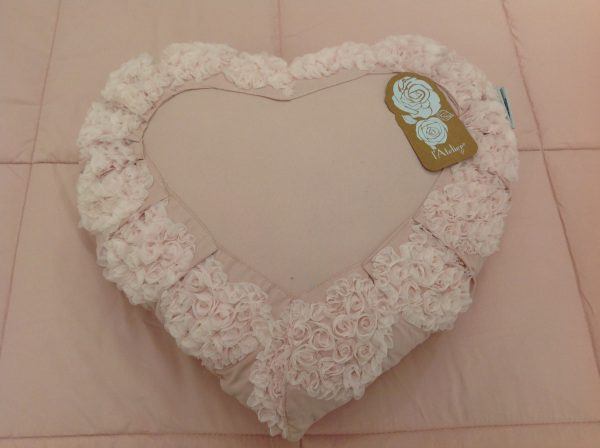 L'Atelier 17 Cuscino quadrato rosa bordato con cuoricini con fiorellini in organza
