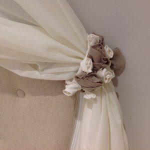 L'Atelier 17 Coppia di ferma tenda con roselline panna e tortora