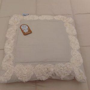 L'Atelier 17 Cuscino quadrato beige bordato con cuoricini con fiorellini in organza