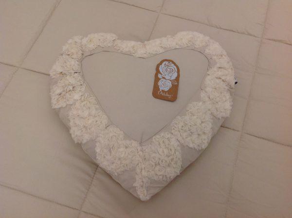 L'Atelier 17 Cuscino a cuore beige con bordo con cuoricini con fiori in organza