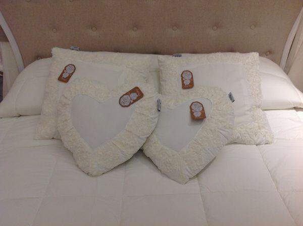 L'Atelier 17 Cuscino a cuore bianco latte con bordo cuoricini con fiorellini organza