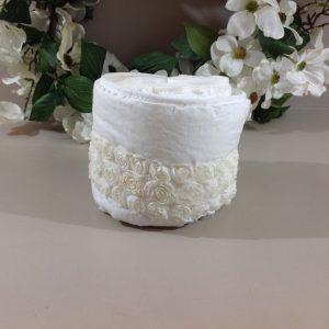 Blanc Mariclò Cestino bianco con bordo roselline e 3 lavette bianche in spugna