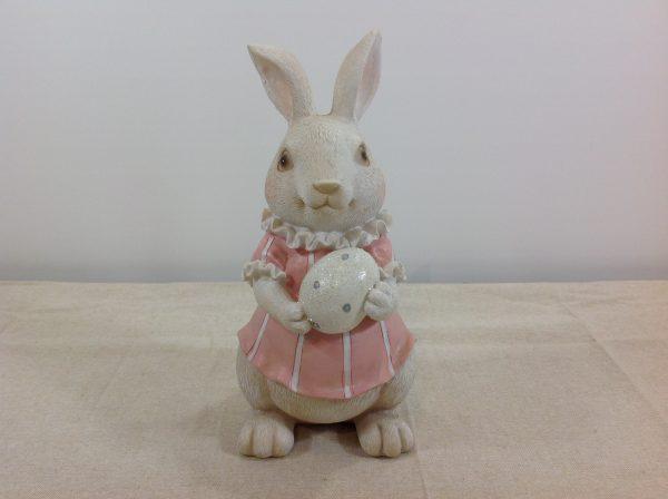 Coniglietta in resina con vestito rosa e uova in mano