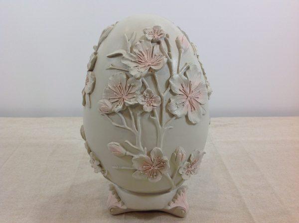 Uovo in resina grigio chiarissimo con fiori rosa