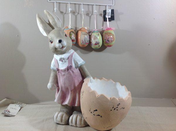 Coniglia con vestito bianco e rosa con mezzo uovo porta fiori