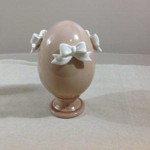 Uovo con piedistallo in porcellana bianca con fiocchi rosa antico