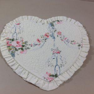 Blanc Mariclò Boutis a cuore fondo bianco fantasia roselline rosa e azzurro con frappa