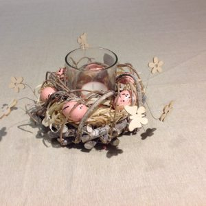 Porta candela con ghirlanda di uova rosa