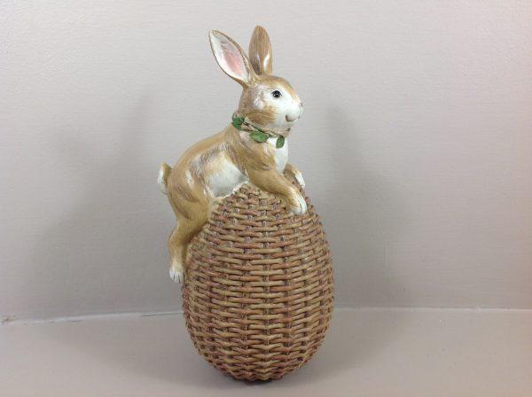 Coniglietto su uovo intrecciato