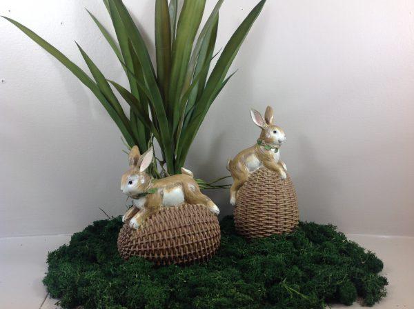 Coniglietto su uovo intrecciato in resina