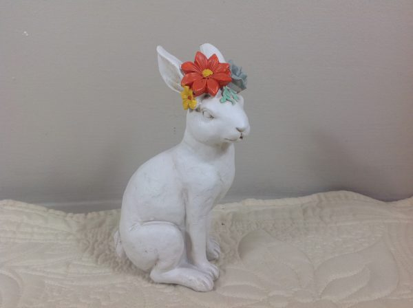 Coniglio panna in resina seduto con fiori in testa