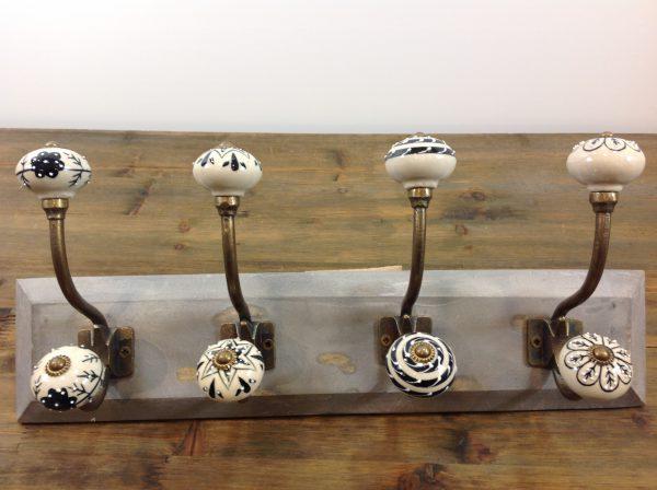 Clayre & Eef Appendiabiti in legno grigio con 4 pomelli disegnati