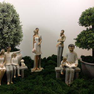 Lorenzongift Statuina in resina famiglia sulla panchina