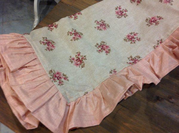 L'Atelier 17 Tovaglia resinata beige con roselline e frappa rosa