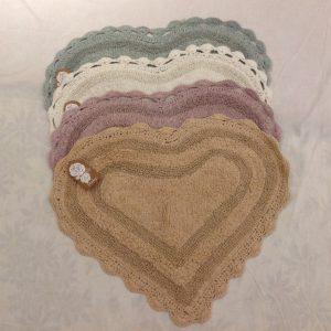 L'Atelier 17 Tappetino a cuore caramello rifinito a uncinetto