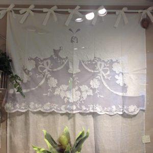 Blanc Mariclò Tenda in lino con mantovana ricamata